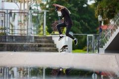 El patinador que salta en parque del patín Fotografía de archivo libre de regalías