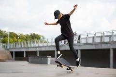 El patinador que salta en parque del patín Fotografía de archivo
