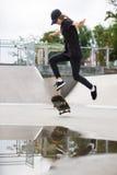 El patinador que salta en parque del patín Fotos de archivo