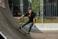 El patinador que salta en parque del patín Imagen de archivo libre de regalías