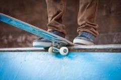 El patinador salta arriba en aire Imagen de archivo libre de regalías