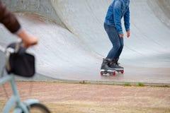 El patinador se cae abajo una rampa en Amsterdam Imagenes de archivo