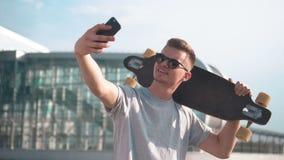 El patinador toma el selfie almacen de metraje de vídeo