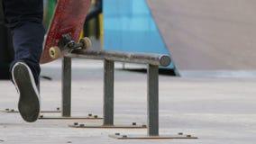 El patinador trae para arriba el monopatín e ir para intentar un truco, opinión del primer almacen de metraje de vídeo