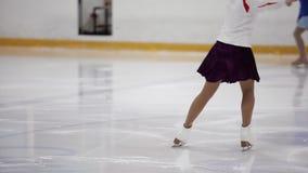 El patinaje artístico, entrenamiento del patinaje de hielo Pies de patinador en el hielo, primer, almacen de metraje de vídeo