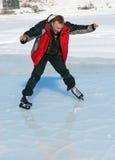 El patinaje de hielo en la montaña tiene gusto foto de archivo