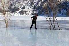 El patinaje de hielo en la montaña tiene gusto Fotos de archivo libres de regalías
