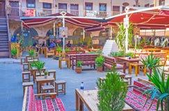 El patio acogedor con los restaurantes, Antalya Fotografía de archivo