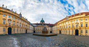 El patio de la abadía de Melk, claustro benedictino austríaco, Austria Imágenes de archivo libres de regalías
