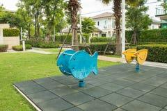 El patio de los niños con dos jinetes de la primavera Fotografía de archivo libre de regalías