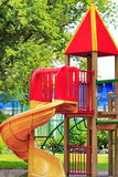 El patio de los niños de la ciudad en el parque Imagen de archivo libre de regalías