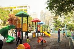 El patio de los niños de la comunidad en Hong-Kong, la madre y los niños jugados feliz juntos Imagenes de archivo