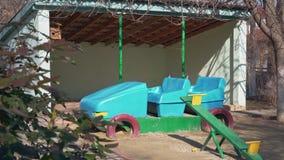 El patio de los niños en el territorio de la guardería almacen de metraje de vídeo