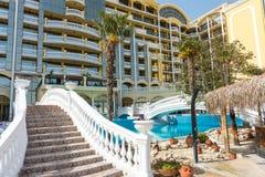 El patio de un hotel costero grande en Sunny Beach en Bulgaria Fotos de archivo