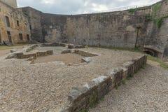 El patio del castillo del sedán imagen de archivo libre de regalías