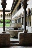 El patio del monasterio de Pedralbes en Barcelona en el estilo del gótico catalán foto de archivo