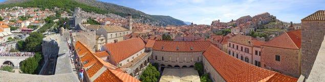 El patio del restaurante de Klarisa en el primero plano y de la ciudad de Dubrovnik m?s all fotos de archivo libres de regalías