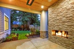 El patio exterior se jacta la chimenea de piedra magnífica Fotografía de archivo libre de regalías