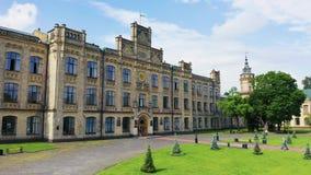 El patio externo del edificio principal de Igor Sikorsky Kiev Polytechnic Institute Campus universitario a?reo almacen de metraje de vídeo