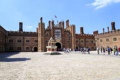 El patio más bajo de Hampton Court Palace, Reino Unido imagen de archivo