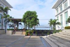 El patio privado del chalet con pasos, el toldo y el paisaje diseñan elementos Procesado para el efecto del hdr Imagenes de archivo
