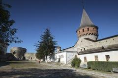 El patio y la torre internos de Kamianets-Podilskyi se escudan en Ucrania occidental Fotos de archivo