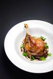 El pato de carne asada esmaltado de la Navidad sazonó con el aceite, hierbas, higo y Imagen de archivo libre de regalías