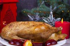 El pato festivo de la Navidad coció con las manzanas y los ciruelos: vidrios de vino Foto de archivo