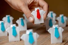 El patrón elige admite al empleado de la mano El líder se destaca de la muchedumbre Mirada para el buen trabajador Hora, concepto fotografía de archivo libre de regalías