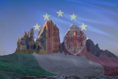 El patrimonio mundial de la UNESCO de Dolomiti señala series_1 por medio de una bandera Fotografía de archivo