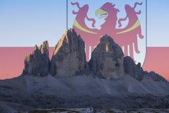 El patrimonio mundial de la UNESCO de Dolomiti señala series_2 por medio de una bandera Foto de archivo