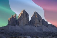 El patrimonio mundial de la UNESCO de Dolomiti señala series_3 por medio de una bandera Fotografía de archivo libre de regalías