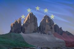 El patrimonio mundial de la UNESCO de Dolomiti señala series_4 por medio de una bandera Foto de archivo