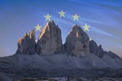 El patrimonio mundial de la UNESCO de Dolomiti señala series_5 por medio de una bandera Fotos de archivo