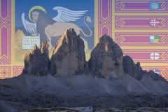 El patrimonio mundial de la UNESCO de Dolomiti señala series_6 por medio de una bandera Imagen de archivo libre de regalías