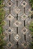 El pavimento adorna con la bola y el marco coloridos de cristal de la hierba por la hierba verde Fotos de archivo libres de regalías