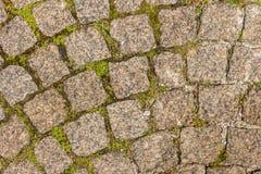 El pavimento de la piedra del granito Calle pavimentada del camino ningunos pavimentaron a Fotografía de archivo