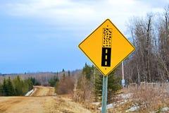 El pavimento termina la señal de peligro en un camino trasero Fotos de archivo