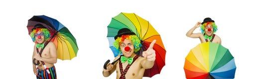 El payaso con el paraguas aislado en blanco fotos de archivo