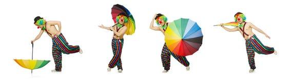El payaso con el paraguas aislado en blanco imagenes de archivo