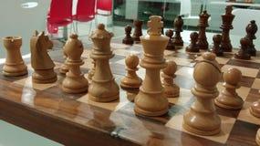El pedazo de ajedrez tradicional en el tablero de ajedrez listo para la batalla foto de archivo