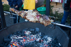 El pedazo de carne grande asó en el fuego Foto de archivo