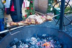 El pedazo de carne grande asó en el fuego Fotos de archivo