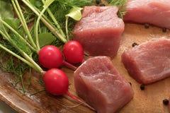 El pedazo de carne jugoso sirvi? en una placa de madera con el condimento, las hierbas y las verduras imagen de archivo libre de regalías