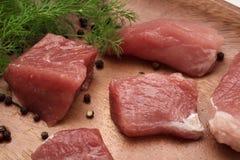 El pedazo de carne jugoso sirvi? en una placa de madera con el condimento y las hierbas fotografía de archivo libre de regalías
