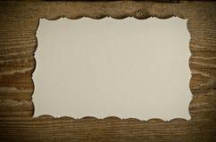 El pedazo de Libro Blanco viejo en un fondo de madera Imagen de archivo