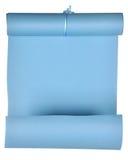El pedazo de papel azul rodó para arriba en el rollo aislado en el fondo blanco Fotografía de archivo