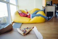El pedazo de pizza pasado en un fondo del espacio de oficina para la reconstrucción Fotos de archivo libres de regalías