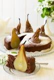 El pedazo de torta de chocolate hecha en casa con las peras adornó el flor de la pera Fotografía de archivo libre de regalías