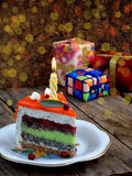 El pedazo de torta de la amapola con crema de la cal y la fresa gelatinan con una vela encendida Feliz cumpleaños Foco selectivo Fotografía de archivo libre de regalías